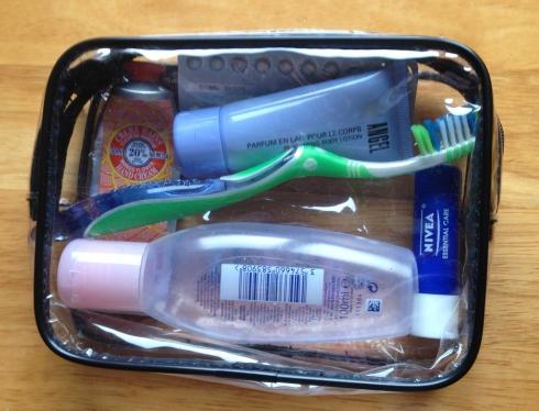 Se você não tem uma bolsinha transparente como esta para carregar os produtos em líquido ou creme, uma sacolinha Ziplock serve!