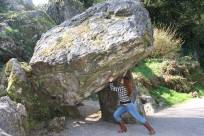 Marina fazendo graça com as pedras pré-históricas de Rock Close
