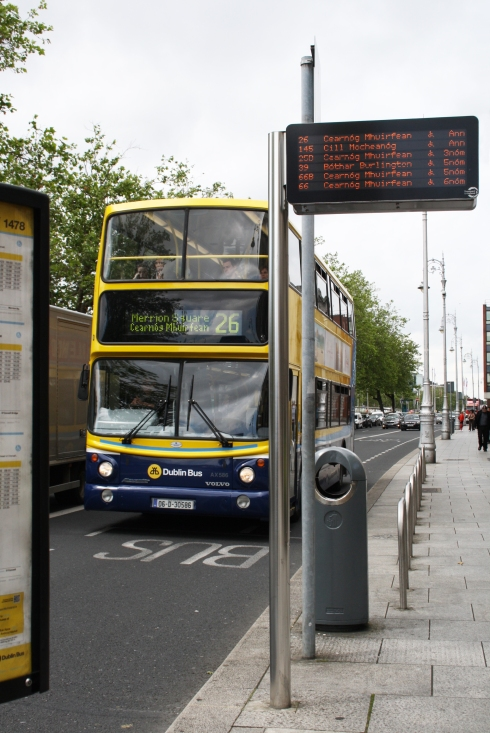 Lá vem o pontual ônibus 26. Painel em gaélico (irlandês) e também em inglês.