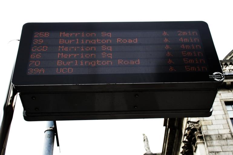 Painel no ponto se ônibus de Dublin: informação em tempo real.